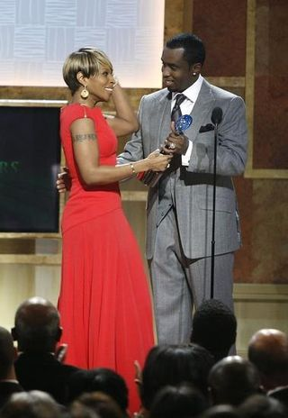 BET-Mary%20J%5B1%5D_%20Blige%20accepting%20her%20award%20from%20Sean%20Combs