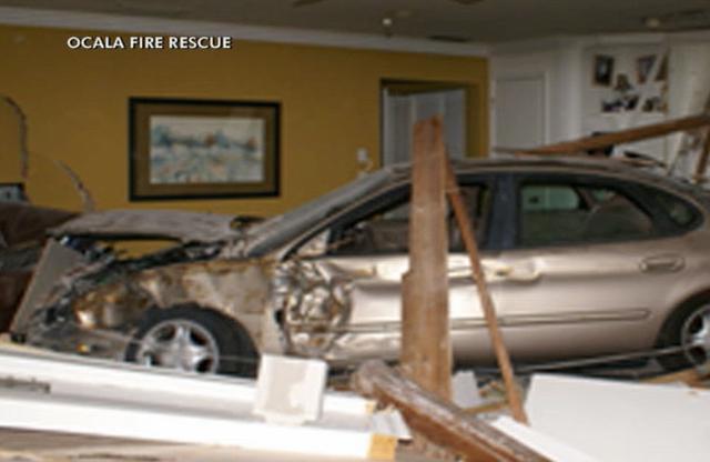 Car-into-ocala-house-0327