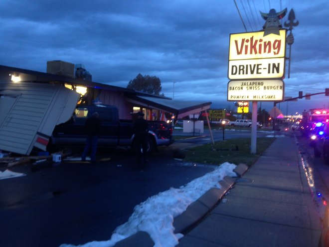 141125_Viking_drive_in_crash_04