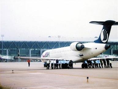 Pushing_plane_in_china
